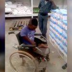 万引きをした身体障害者の男、体罰を受ける映像。