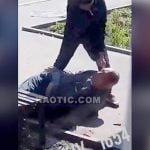 頭にナイフが突き刺さった男性から金品を奪い、ナイフまで奪おうとする女。