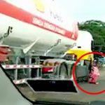 【閲覧注意】トラックの運転が気に入らなかったバイカーさん、走行中に運転席によじ登ろうとして轢かれてしまう。