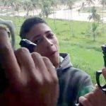 【閲覧注意】まだ10代らしき少年ギャングたちが男性の頭を銃で何度も撃って破壊するグロ動画。