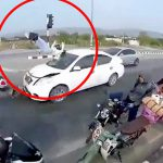 【衝撃映像】信号待ちしていたバイクが後続車に轢かれてしまう事故映像。