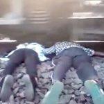 【閲覧注意】線路に横たわり首を列車に切断させて自殺したカップル。