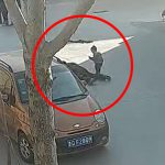 幼い息子の目の前で妻の父親に刺されて死んでしまった男性の事件映像。