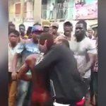 【衝撃映像】住民たちからリンチされ首の皮膚を噛みちぎられる男。