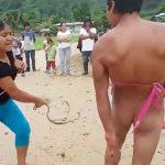 レイプ犯の男、村の女性たちからムチ打ちの刑に処される映像。