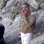 【閲覧注意】一緒に首吊り自殺した男女の死体を前に笑みを浮かべる警察官。
