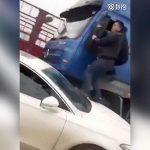 【衝撃映像】違法貨物を積んだトラックが車に衝突しながら警察官を振り切ろうとする事件映像。
