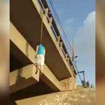 陸橋にロープをくくりつけて首吊り自殺した男性。