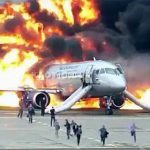 【衝撃映像】炎上した飛行機から脱出する人々を撮影したアクシデント映像。