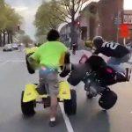 公道をウィリーしながら走る2台のバギー、近づきすぎて転倒するアクシデント。