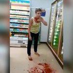 【閲覧注意】コンビニで自分の喉をナイフで切り続けるイカれた女。