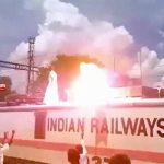 【衝撃映像】電車の屋根に登って抗議中の男性、感電死してしまう・・・。