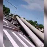 急ブレーキをかけたトラックのドライバー、積んでいた土管に潰されて死亡・・・。