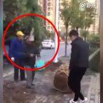 クレーンの先端に取り付けられたクランプが頭にクリーンヒットする作業員の男性。