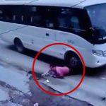 【閲覧注意】バスに引きずられた女性の脚、骨が丸見えになってしまったグロ動画。