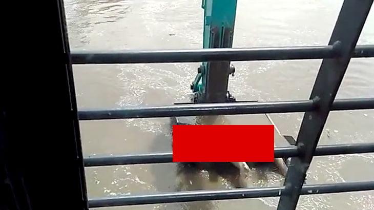 【閲覧注意】油圧ショベルで女性の水死体を引き上げるグロ動画。