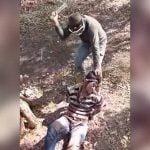【閲覧注意】手を縛った男性の首をマチェーテで叩き切るグロ動画。