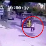 道を歩いていた女性、後ろからフォークリフトに轢き殺されてしまう・・・。