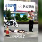 【閲覧注意】親子3人乗りスクーターがトラックに轢かれ、幼い子どもだけ生き残ってしまった事故映像。
