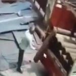 【衝撃映像】トラックの荷台からプロパンタンクを下ろした瞬間、大爆発により吹き飛ばされてしまう男。