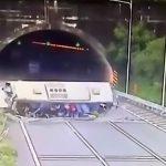 【衝撃映像】バスが横転して乗客が窓から放り出される事故映像。