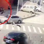 【衝撃映像】車と衝突したバイカーさん、めちゃくちゃ飛ばされてしまう・・・。