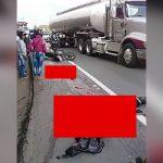 【閲覧注意】トラックに轢かれて肉塊と化してしまったバイカーのグロ動画。