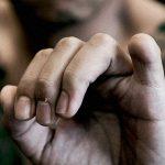 """【閲覧注意】""""手の小指切断の刑"""" に処される男のグロ動画。"""