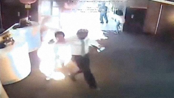 【衝撃映像】難民の男、銀行で焼身自殺する瞬間。