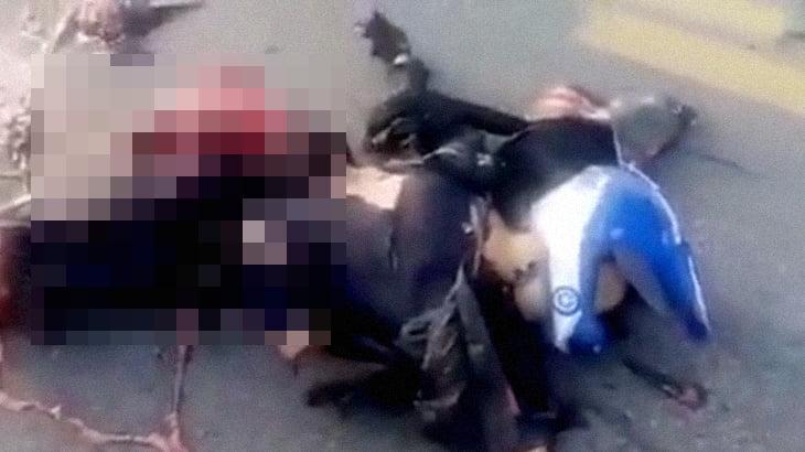 【閲覧注意】バイク事故で胴体が切断されてしまった男性のグロ動画。