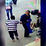 面識のない男性をスキップしながらナイフで刺す男の事件映像。