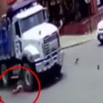【閲覧注意】トラックに轢かれて頭が破裂する瞬間を撮影したグロ動画。