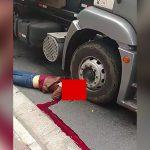 【閲覧注意】酔っ払った男、道路に倒れてトラックに頭を踏み潰されてしまうグロ動画。