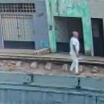 線路にうつ伏せになって電車に轢かれて自殺する男性の悲しい映像・・・。