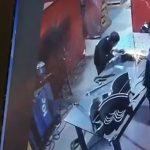 ディスクグラインダーで研磨中に自分の身体を裂いてしまった作業員男性のアクシデント映像。