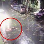 なぜか突然、道路に仰向けに寝そべった女性、避けようとした車にゆっくりと轢かれてしまう・・・。
