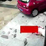 【閲覧注意】高所から落下した女性が地面に叩きつけられる瞬間。