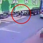 停車中の大型トラックの下を横断しようとした男、動き出したトラックに轢かれて死亡してしまう・・・。