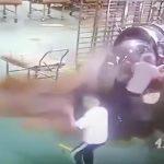 【衝撃映像】工場作業員、熱せられた液体を身体に浴びてしまうアクシデント映像。
