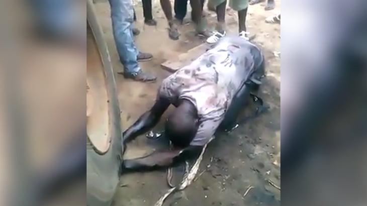泥棒の男、罰として両手をトラックのタイヤで潰される刑に処されてしまう・・・。