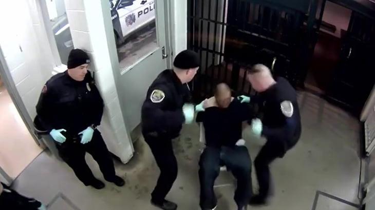 警察に捕まった男、ツバを吐きかけて警官から殴られてしまう。
