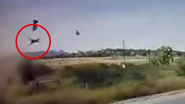 【衝撃映像】路側帯を走っていた車、横転してドライバーの女性が放り出されてしまう事故映像。