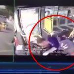 【衝撃映像】バスの運転手、一瞬気絶して2人を殺してしまった事故映像。