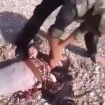【閲覧注意】銃殺した男の首をナイフで中途半端に切断するグロ動画。