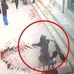 【衝撃映像】突然歩道が陥没して女性が落下してしまうアクシデント映像。