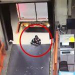 運輸倉庫の作業員、搬入口とバックしてきたトラックに挟まれてしまうアクシデント映像。
