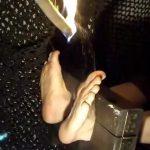 溶けたプラスチックを足裏に垂らされ続けるという拷問映像・・・。