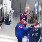 【衝撃映像】配電盤の故障修理中、突然爆発して作業員が巻き込まれてしまうアクシデント映像。
