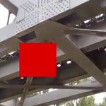 【閲覧注意】鉄道橋にぶら下がった男性の死体、頭が割れて死んでいたグロ動画。