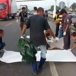【閲覧注意】事故で死亡した男性、両肩がちぎれかけているグロ動画。